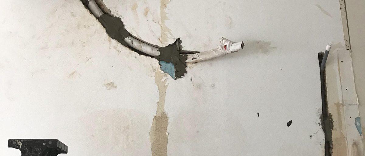 Đi ống âm tường
